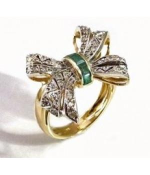 Золотое кольцо Agemina c изумрудом и коньячными бриллиантами в форме банта